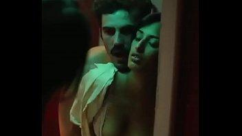 Азиатская лесбиянка мастурбирует языком пизду тайки и мастурбирует её ладонью на диванчике