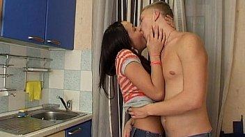 Перед сексом пацан вылизывает мокрую дырку молодой блондинкой