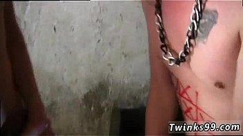 Татуированная сучка усердно раздрочила жопу, для того чтоб запустить в неё необычайно длиннющий хуец