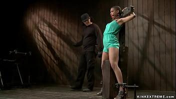 Красивенькая женщина с упругими дойками показала перед камерой бритую половую щелочку