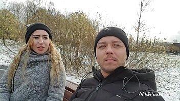 Русская девка гладит себя на пляже