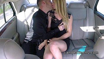 Два мужика на порно пробах дают замужней старухе на рот и имеют её в мохнатую вульву