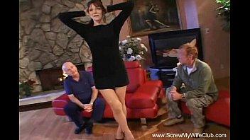 Сногсшибательная девушка показывает большую попу и танцует перед вебкой
