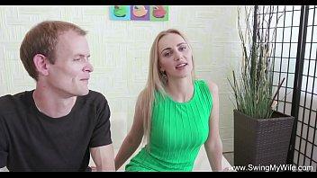 Лысый трахарь привел любовницу в следуюущий кабинет и от ебал ее на столе