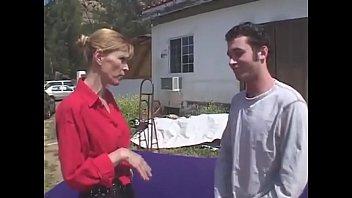 Секс со вибратором: дамочка имеет жену на виду у мужа