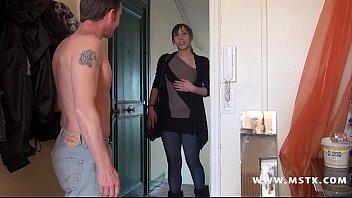 Молодая брюнетка и ее подружка развлекают мужика сексом на кухне