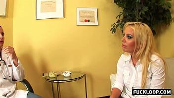 Грудастая брюнеточка облизывает пизду блонды и насаживается пиздой на пенис ухажера