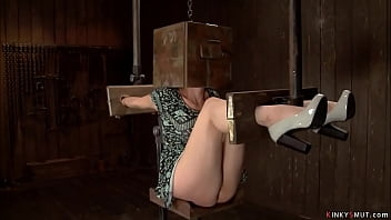 Юная первокурсница бурно трахается в мокрую вагину с преподом