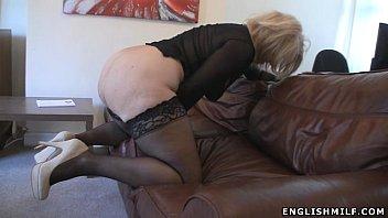 Развратная блонда засадила два самотыка в пизды