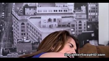 Шлюха-блондинка с крупный попочкой разбудила мужчины дабы записать любительское порно