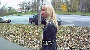 Шлюху-блондинку от имел фраер на улице поздним вечером